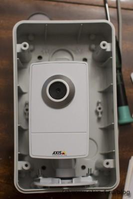 Камера Axis M1011 в открытом влагостойком кожухе