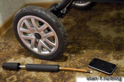 Заднее колесо коляски Jetem 803 Castle и насос в сравнении с iPhone