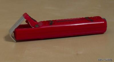 Специальный инструмент для зачистки (снятия) оболочки электрического кабеля