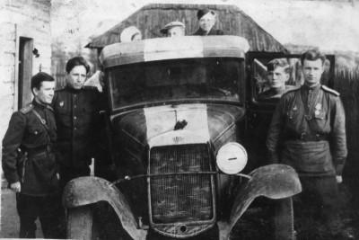 Советские офицеры возле полуторки