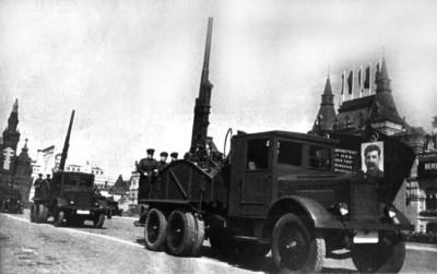 ЯГ-10 с зенитными орудиями на Параде 1 мая 1941 года