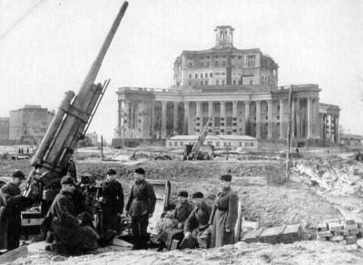 Зенитки около театра Советской армии