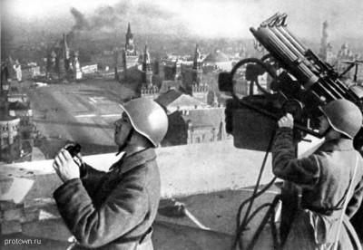 Зенитно-пулеметный рассчет на крыше гостиницы Москва