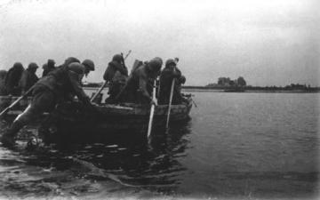 Бойцы готовятся к переходу реки