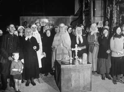 Священик служит заупокойную мессу в честь советских воинов