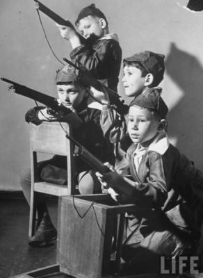 Дети играют в красную армию