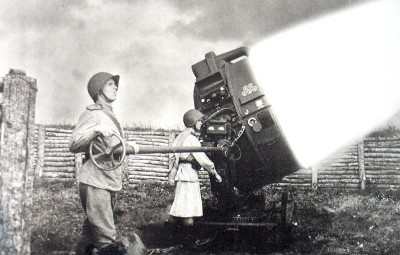 Боец прожекторного полка на позиции
