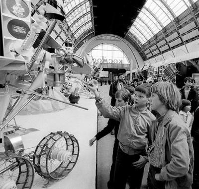 Внутри павильона Космос в 1981 году